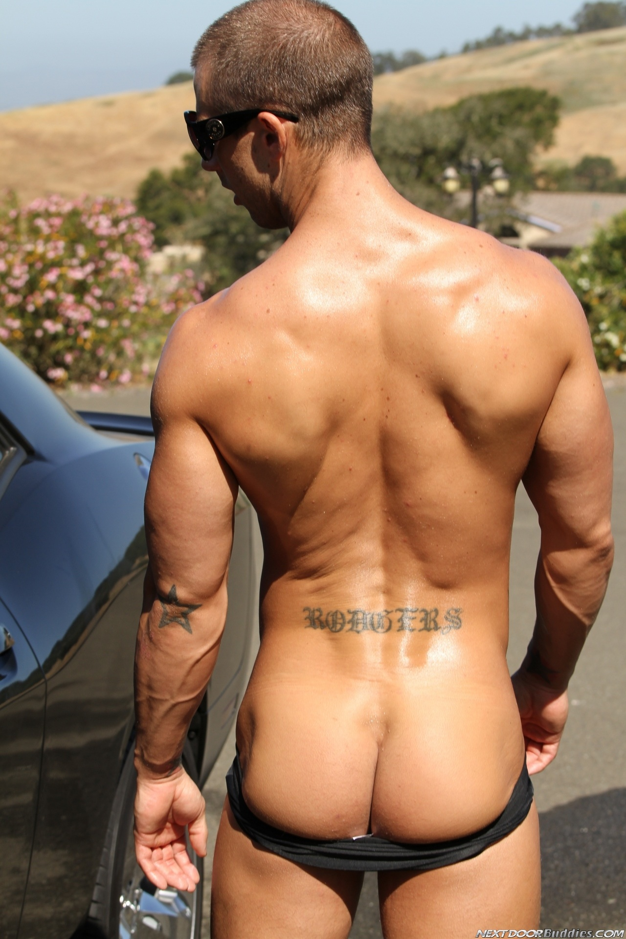 Marcus-Mojo-Brody-Wilder-Johnny-Torque-Rod-Daily-Donny-Wright-washing-a-car-in-Suds-Studs-Next-Door-Studios-13