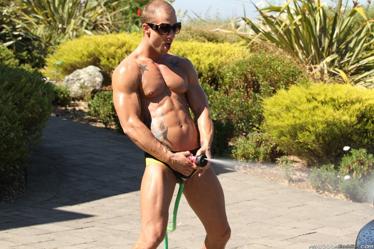 Marcus-Mojo-Brody-Wilder-Johnny-Torque-Rod-Daily-Donny-Wright-washing-a-car-in-Suds-Studs-Next-Door-Studios-18
